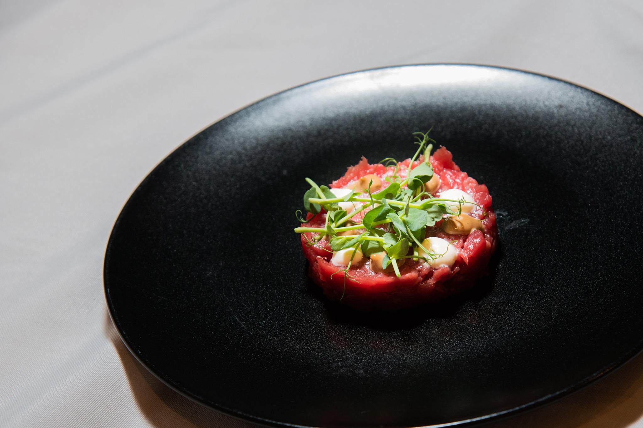 tartare di fassona, maionese all'aglio nero umami