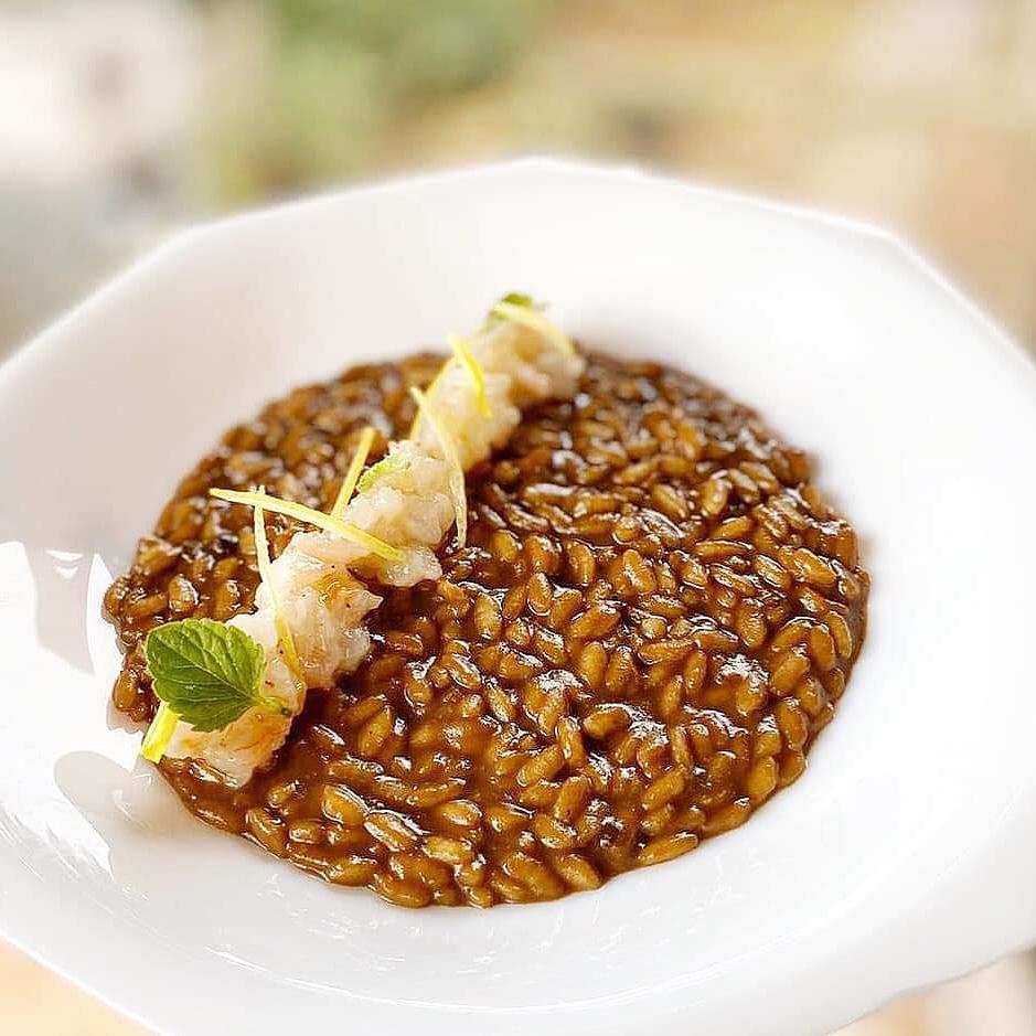risotto all'aglio nero umami, gambero rosso e limone