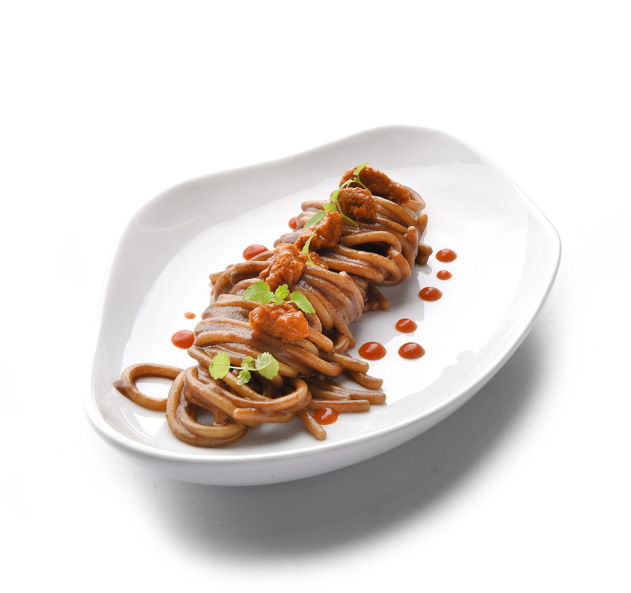 spaghetto aglio nero umami, ricci di mare e geleè al peperoncino